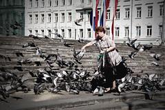 i'm piccione (Abelio) Tags: woman square donna russia moscow pigeon pigeons feed piazza russian piccione mosca moskva piccioni rossija colombi nutrire