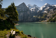 Oeschinensee (PhiiiiiiiL) Tags: sun mountain bench schweiz switzerland nikon suisse hiking hike berge kandersteg mountainlake bergsee sonne wandern berner bernese wanderung oberland d300 oeschinensee blemlisalp bnkli blemlisalphorn oeschinenhorn frndenhorn