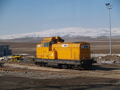 An OHL LDH 125 locomotive at the 'Fast Train' construction site between Sincan and Polatl, from 'Bakent Ekspresi'/'Capital Express' (Ankara-Istanbul) (Steve Hobson) Tags: train tren fast lain railways ldh turkish 125 ohl huarte hzl faur tcdd obrascon