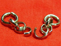 sh1 a chain is only as strong as its weakest link (Upupa4me) Tags: macro broken tin open chain link flimsy themonthlyscavengerhunt sh1achainisonlyasstrongasitsweakestlink 0512sh1