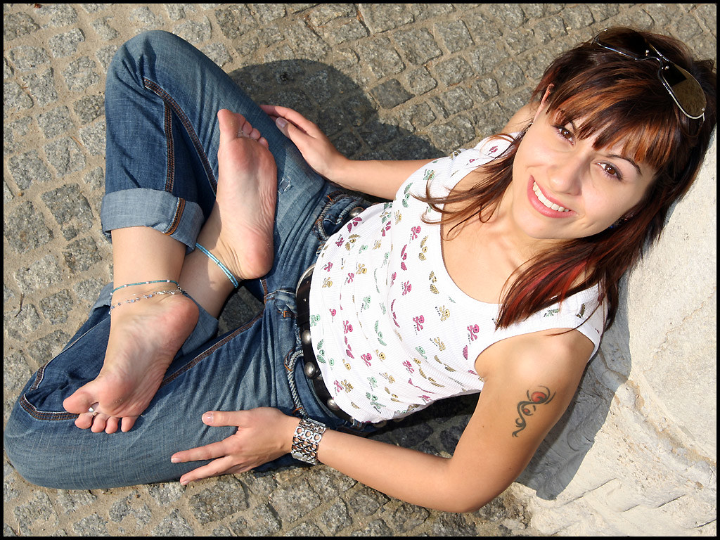 Candid dirty soles college feet in flipflops