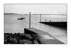 Larmor (Punkrocker*) Tags: sea mer film beach port 35mm harbor boat sand nikon kodak trix sable bretagne nb 400 f2 nikkor plage morbihan sb lorient 352 larmor bwfp prai