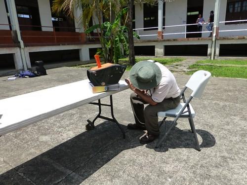 Milton observa el sol proyectado con un Solarscope.