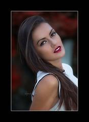 Laura (Alejandro Zeren Homs) Tags: flores laura mujer retrato pelo brillos simpatia sensualidad elegancia sencillez cercania medioplano alejandrozerenhoms zeren