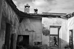 Casa fantasma - There was a house. (sinetempore) Tags: old blackandwhite woman house fall abandoned home girl port casa donna fireplace camino porta abandonment biancoenero ragazza vecchia abbandono c