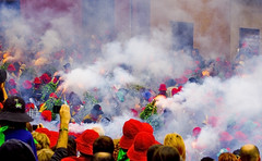 Foc i fum, el Salt de Plens infantil / Fire and smoke above the crowd (SBA73) Tags: festival kids wonderful fire unique smoke awesome crowd hell catalonia unesco catalunya festa gent catalua firecracker worldheritage berga plaa catalogna gentada foc katalonien catalogne patrimoni patum fum fuet petard supershot abigfave humanitat anawesomeshot flickrdiamond patuminfantil saltdeplens