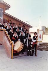 Grupo de Danza e Gaitas do Concello de Sandis (Ourense) no patio do colexio (Mediados dos anos 90?). (Xav Feix) Tags: rural galicia deporte actividades cultura ourense deportivas rapaces concello sandis limia alimia culturais concellodesandis
