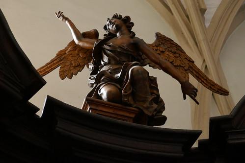 Figura anioła na konfesjonale północnym (1717-20, Klahr Starszy) w kościele Wniebowzięcia NMP w Kłodzku