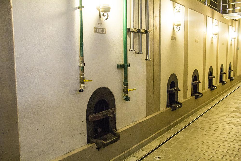 Vinícola Goes - Sequencia de tanques de alvenaria para armazenar o vinho
