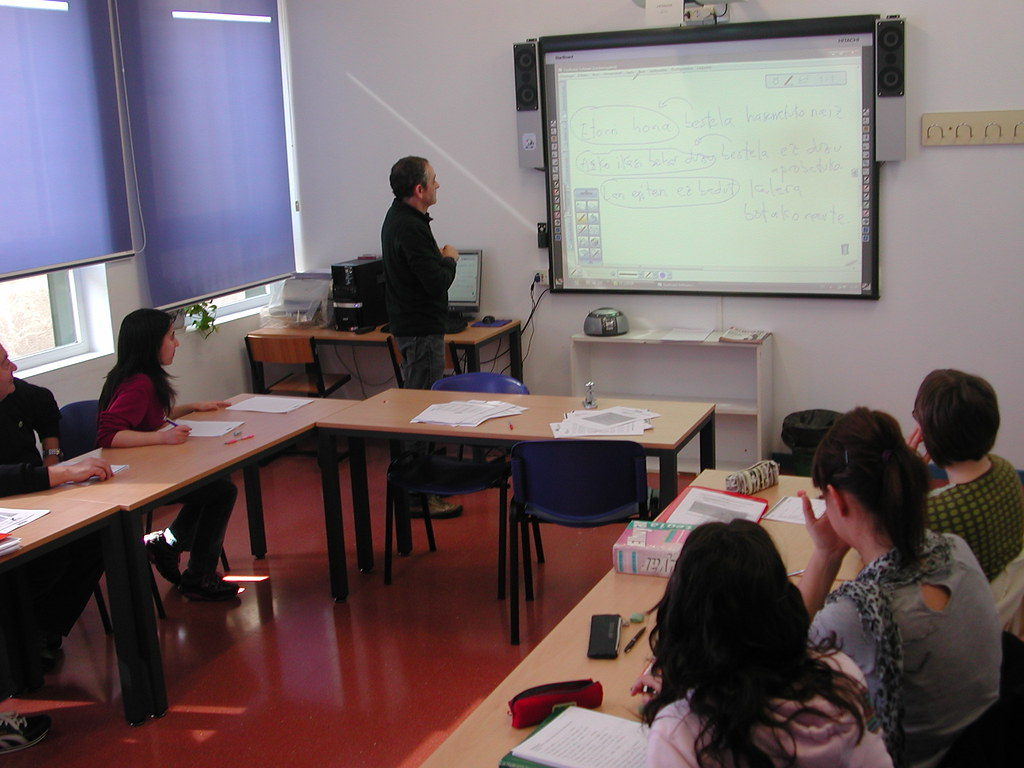 Uno de los profesores del Euskaltegi dando clase