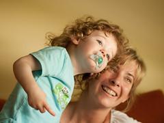 Mira!!! (aidafis) Tags: españa mujer child mamá carlos sonrisa rizos mirada niño aida rubio chupete madreehijo cctrilla olympuse520 aidafis