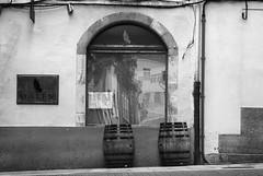 Toneles (Oscar F. Hevia) Tags: espaa window bar reflections ventana spain terrace cuba barrel galicia reflejo lugo terraza pipa reflejos glazed barril ribadeo tonel ventanal deadlight oaln