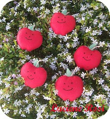 :: Maçãs ímãs :: (Luciene Rosi ❀) Tags: frutas brasil artesanato feltro ímãs maçãs bordado costura feitoamão frutasemfeltro