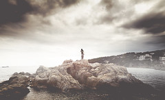 (Luis Hernandez - D2k6.es) Tags: friends portrait sky beach girl canon lluvia agua chica retrato calafell playa colores tormenta angular roca cala colegas begur mediterrane preverano