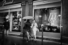Un Homme et une Femme (Eduardo Deboni) Tags: white man black paris france girl rain branco femme mulher chuva uma pluie frana pb preto un um homem une homme umbrela