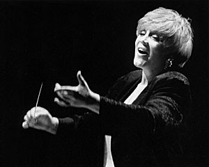 Diane Loomer conducting the Chor Leoni Men's Choir, Vancouver, Canada by ARCHIVIO FOTO SEGHIZZI, on Flickr