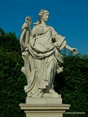 Sculpture in the Park II (wesolowski.matt) Tags: city sky wiede stadt belvedere baum rzeba belweder skulpture niebo