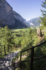 Trummelbachfalle - Caminho das cachoeiras com montanhas ao fundo e arvores (CartasemPortador) Tags: bern lauterbrunnen cachoeira quedas interlaken dgua trmmelbach trmmelbachflle