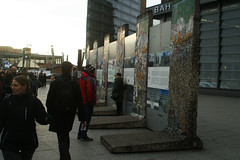 Duitsland  -  Berlijn  -  De Muur (Sjim Geugjes) Tags: duitsland berlijn de muur het duurde ruim 28 jaar voor inwoners van oostduitsland zich door niet meer lieten tegenhouden in mei 1989 werd hongarije ijzeren gordijn aan grens met oostenrijk geopend1 open daar zorgde korte tijd een uitstroom duizenden permanente vakantiegangers