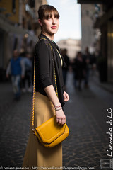 IMG_4646 (traccediscatti) Tags: donna moda piano persone giallo borsa nero ragazza pubblicit americano bionda modella abbigliamento allaperto accessori