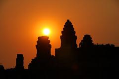 coucher de soleil sur les temples (ichauvel) Tags: sunset temple asia cambodge cambodia asie angkor coucherdesoleil