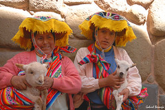Color y folklore, la esencia del Perú (Gabriel Bermejo Muñoz) Tags: portrait people color peru southamerica smile hat cuzco america clothing couple colorful colours gente native pareja retrato cusco traditional folklore latinoamerica andes lamb latino sonrisa sombrero latina tradition poncho indien cholita andino oveja ovejita indigenous altiplano andean peruvian sudamerica peruano peruana tradicional quechua indigena nativo retratoandino