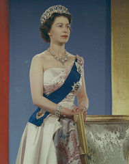 Queen Elizabeth II wearing crown, blue sash and pink gown / La Reine Élizabeth II portant la couronne, la ceinture bleue et la toge rose