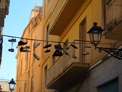 Trouver chaussure  son pied (LILI 296....) Tags: fil balcon lampadaire trapani chaussure sicile croisiredefrance canonpowershotg16