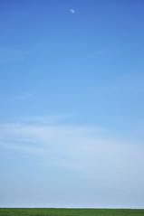 Un pomeriggio di luna - An afternoon of moon. (sinetempore) Tags: blue sky moon verde green field clouds nuvole blu luna cielo campo mygearandme unpomeriggiodiluna anafternoonofmoon