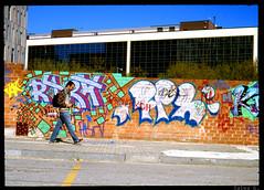 Anem de baixada (Salva G.) Tags: barcelona street portrait film analog pen 35mm calle kodak retrato olympus negative single frame scanned ft pelicula asa halfframe f18 35 00 carrer analogica grafitty retrat analogic 38mm e100g singleframe analogico fzuiko pellicula
