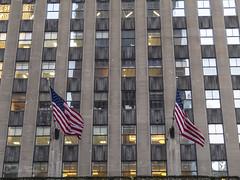 American flags. / Banderas americanas. (Carlos Torija) Tags: nyc usa ny newyork building facade america américa flag edificio flags bandera fachada banderas nuevayork eeuu carlostorija
