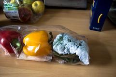 Mglicherweise ist mein Khlschrank zu kalt eingestellt - Paprika gut durch (S. Ruehlow) Tags: foods 365 verpackung paprika apfel macaroni nudeln gefroren pfel 365foods ampelpaprika