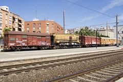 Grua de Tarragona (Escursso) Tags: train canon tren spain crane railway estacion catalunya grua tarragona renfe estacio
