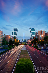 Plaza Castilla (Deaerreio) Tags: madrid road plaza city light sunset urban espaa cars luz sol architecture night buildings painting landscape atardecer photo high spain arquitectura edificios puerta gate europa europe long exposure foto skyscrapers dynamic carretera sony towers ciudad paisaje paseo calatrava rey nocturna metropolis urbano garcia fotografia alpha puesta castellana range obelisco alto ocaso con hdr coches exposicion larga torres kio castilla rascacielos dario 550 pintando dinamico erre rango pohotography estelas erreeigriega eigriega geaerreceia