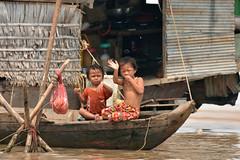 DSC_6718 (Omar Rodriguez Suarez) Tags: smile boat kid cambodia nio camboya