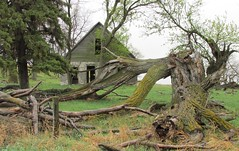 Abandoned South Dakota Farmhouse (Stabbur's Master) Tags: abandoned farmhouse southdakota decayed abandonedbuildings derelictbuildings dakotas abandonedfarmhouse ruralsouthdakota decayedbuilding