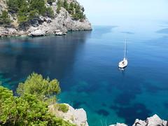 Sa Calobra - Majorque - Les Baléares (PatMargat) Tags: mer eau bleu espagne arbre rocher méditerranée catalogne bâteau sacalobra majorque merméditerranée lesbaléares
