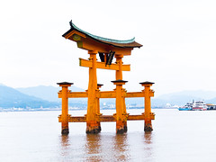 (Bernat Nacente Foto) Tags: red people orange woman black japan temple person persona october fuji panoramic hiroshima miyajima melody adobe  fujifilm vermell octubre   gent negre jap dona  lightroom taronja  itsukushima x10           santuari sanctuari panormic  2013  nohdr    x