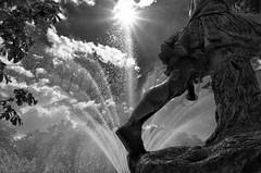Luces y agua en la Granja (mArregui) Tags: madrid blancoynegro luz real luces agua nikon jardines sitio granja lagranja comunidaddemadrid monocromtico ildefonso lagranjadesanildefonso realsitio wwwarreguimeluscom marregui
