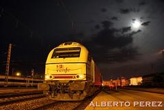 Musica celestial a la luz de la luna. (alberto vtr) Tags: del tren nocturna campo medina nocturno ferrocarril renfe pantone 334 surex vossloh 334005