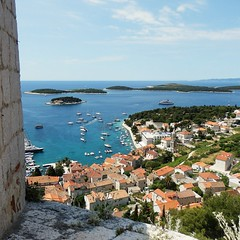 Hvar (nuska2008 (ON-OFF)) Tags: sea color luz azul landscape boats interesting europa mare barcos paisaje islas croacia tejados favoritepictures marazul seleccionar maradritico isolas isladehvar lugardeinters nuska2008 olympussz30mr nanebotas rememberthatmomentlevel1 magicmomentsinyourlifelevel1 rememberthatmomentlevel2 rememberthatmomentlevel3 fortalezalaespaola