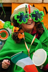 Happy St. Patrick's Day (5ERG10) Tags: park uk greatbritain flowers portrait england irish woman green london smile face sergio hat saint smiling closeup lady female hair nose glasses costume eyes nikon europe day mask unitedkingdom drum head flag decoration patrick parade celebration event telephoto eyebrow nikkor clover saintpatricks londra 28300mm sfilata d300 stpatricksday amiti 5erg10