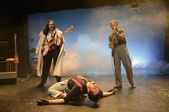 En la imagen se puede ver a José Luis Huertas y Tao Gutiérrez junto con Asier Etxeandia en el escenario.  Fotografía cedida por Óscar Blanco Gutiérrez