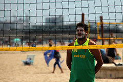 Volley player (Daniel Nebreda Lucea) Tags: red summer people sun playing man hot color verde green net sol beach valencia face lines sport boston composition spain focus play gente cara sunny playa verano deporte jugar volleyball volley vacaciones holydays hombre jugando calor lineas composicin soleado enfoque