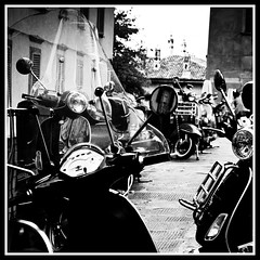 Vespa (susivinh) Tags: blackandwhite bw italy music blancoynegro monochrome bike monocromo italia vespa scooter bn motorbike processing moto doubt monday msica lunes duda doobiebrothers notgoodenough procesado soundtrackmonday prcoesarr itkeepsyourunning