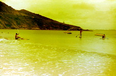 Cloudy Yeallowish (analoguecolors) Tags: ocean friends sea amigos film praia beach boats fishing analógica sand barcos areia havaianas flipflops overexposed analogue filme prainha flamengo helios44m pescadores arraialdocabo zenit122 superexposto redscale rolleiredbird400 escalavermelha