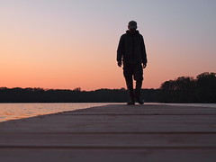 Männerromantik (marion streich) Tags: sunset lake man sonnenuntergang bootssteg beautifulcapture ogp handselectedphotographs sonnenuntergangamsee gettyimagesartistpicks stimmungendersonne groupwithexperience mannimsonnenuntergangamsee