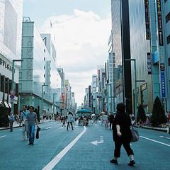 pedestrian mall (blackteaj.justice) Tags: 120 6x6 film tokyo ginza brownie   carlzeiss hasselblad500cm kodakportra400 cplanar80mmf28