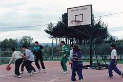 Ano 1988: Actividades deportivas do Concello de Sandis con cursos de monitor de baloncesto  na pista polideportiva (Sandis - Ourense). (Xav Feix) Tags: rural galicia deporte actividades cultura ourense deportivas rapaces concello sandis limia alimia culturais concellodesandis