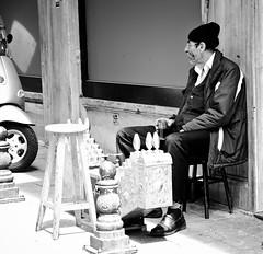 The shoe cleaner (Maríon) Tags: street travel bw white black turkey nikon istanbul marion reise tyrkia supermarion nesje d7000 marionnesje